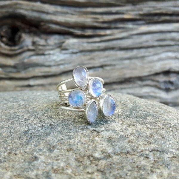 Anello più anelli di pietra di luna