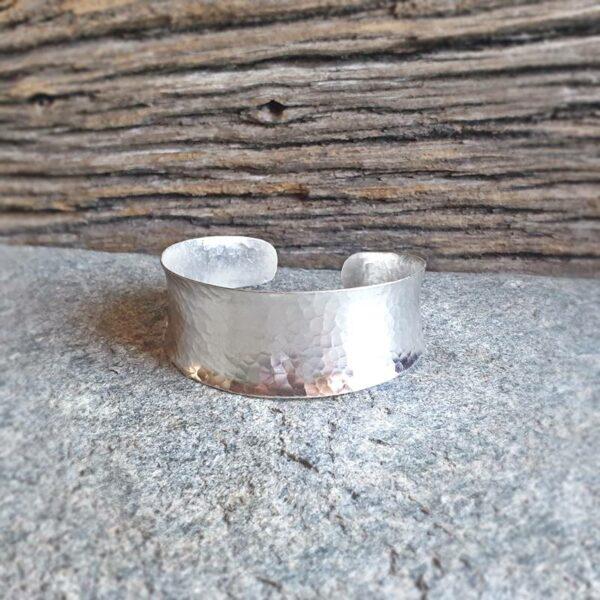 Grande bracciale in argento martellato