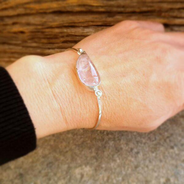 Bracciale rigido in quarzo rosa argento VAGUE